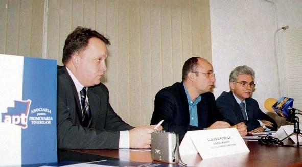 Conferinţă de presă susţinută în 16 decembrie 2003 de Claudiu Florică (stânga), director general al Fujitsu Siemens România, Cozmin Guşă (centru), preşedinte APT, şi Silviu Hotăran (dreapta), director general Microsoft România. (Foto: Agerpres)